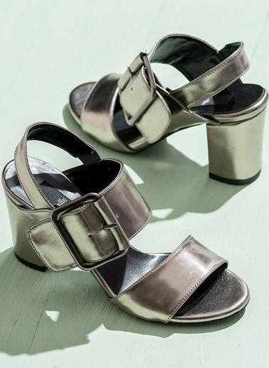 Elle Kalın Topuklu Kemerli Ayakkabı Gümüş
